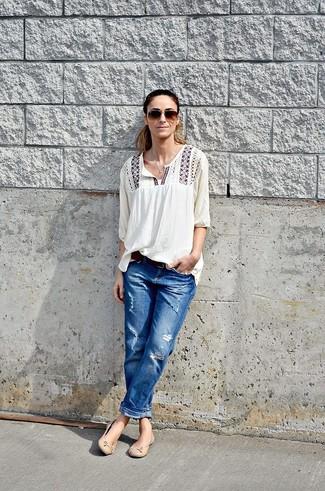 Как и с чем носить: белая блуза-крестьянка с вышивкой, синие рваные джинсы-бойфренды, бежевые кожаные балетки, темно-коричневый кожаный ремень