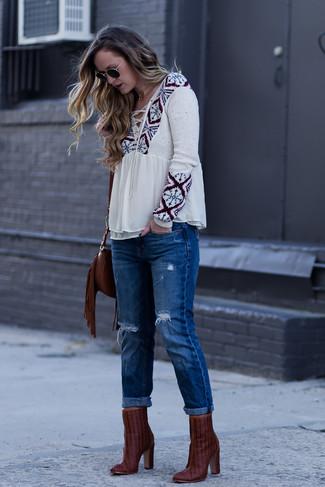 Темно-красные кожаные ботильоны: с чем носить и как сочетать: Если ты любишь выглядеть привлекательно, чувствуя себя при этом комфортно и уверенно, стоит попробовать это сочетание бежевой блузы-крестьянки с принтом и синих рваных джинсов-бойфрендов. Вместе с этим образом органично будут смотреться темно-красные кожаные ботильоны.