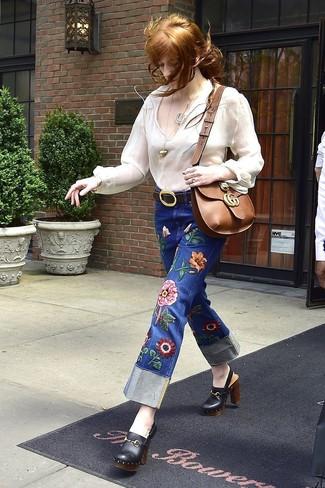 Как и с чем носить: белая блуза-крестьянка, синие джинсы с вышивкой, черные кожаные сабо, коричневая кожаная сумка через плечо