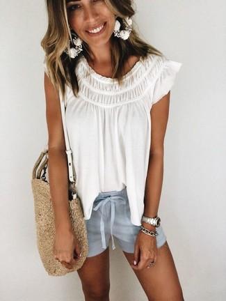Как и с чем носить: белая блуза-крестьянка, голубые шорты, светло-коричневая соломенная большая сумка, серебряный браслет