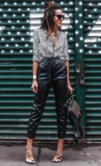 Как и с чем носить: бело-черная блуза на пуговицах с леопардовым принтом, черные кожаные брюки-галифе, прозрачные резиновые босоножки на каблуке, коричневая кожаная сумка-саквояж с принтом