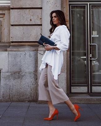 Как и с чем носить: белая блуза на пуговицах, бежевые брюки-кюлоты, красные замшевые туфли, черный замшевый клатч