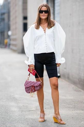 Как и с чем носить: белая блуза на пуговицах, черные велосипедки, прозрачные резиновые босоножки на танкетке, пурпурная сумка-саквояж из плотной ткани с принтом