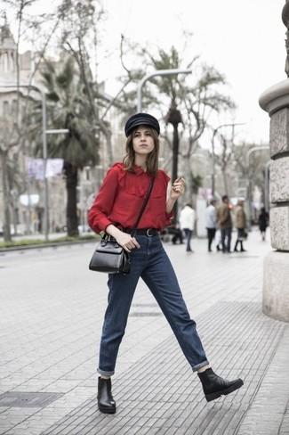 Как и с чем носить: красная блуза на пуговицах, темно-синие джинсы-бойфренды, черные кожаные ботинки челси, черная кожаная сумка через плечо