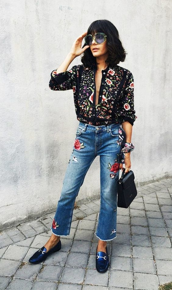 Лук с джинсами с вышивкой