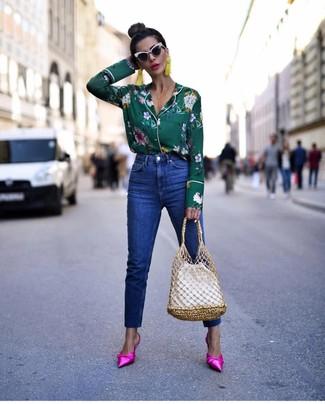 Как и с чем носить: темно-зеленая блуза на пуговицах с цветочным принтом, синие джинсы, ярко-розовые сатиновые сабо, белая кожаная сумка-мешок