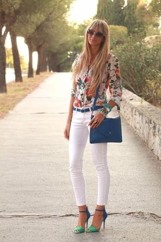 Как и с чем носить: белая блуза на пуговицах с цветочным принтом, белые джинсы скинни, синие замшевые босоножки на каблуке, синяя кожаная сумка через плечо