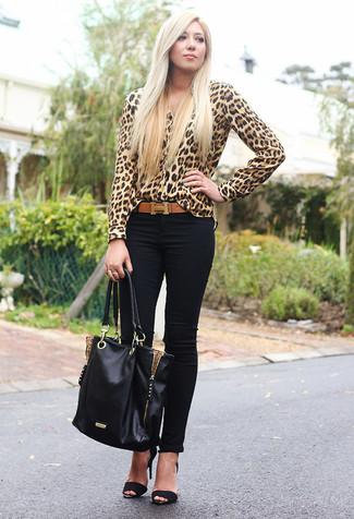 Как и с чем носить: светло-коричневая блуза на пуговицах с леопардовым принтом, черные джинсы скинни, черные замшевые босоножки на каблуке, черная кожаная большая сумка