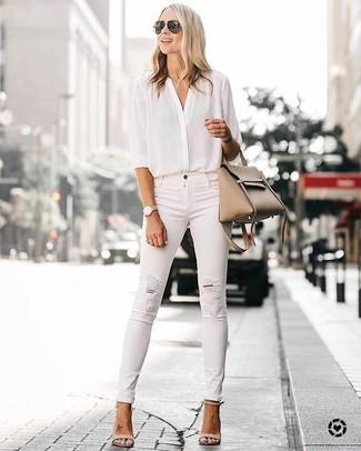 Светло-коричневая кожаная большая сумка: с чем носить и как сочетать: Белая шелковая блуза на пуговицах и светло-коричневая кожаная большая сумка — прекрасный наряд для противоположного пола, которые всегда в движении. Бежевые кожаные босоножки на каблуке великолепно впишутся в ансамбль.