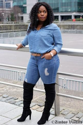 Как и с чем носить: голубая джинсовая блуза на пуговицах, синие рваные джинсы скинни, черные замшевые ботфорты, светло-коричневый кожаный ремень