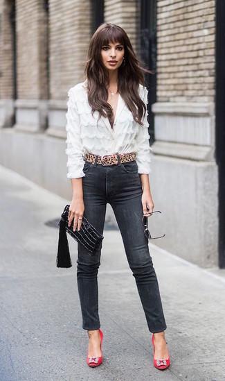 Как и с чем носить: белая кружевная блуза на пуговицах, черные джинсы скинни, красные сатиновые туфли с украшением, черный кожаный клатч