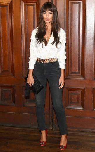 Как и с чем носить: белая блуза на пуговицах, черные джинсы скинни, красные сатиновые туфли с украшением, черный кожаный клатч c бахромой