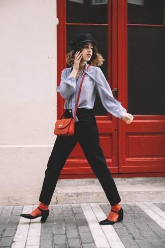 Как и с чем носить: серая блуза на пуговицах, черные джинсы, черные кожаные туфли, красная кожаная сумка через плечо