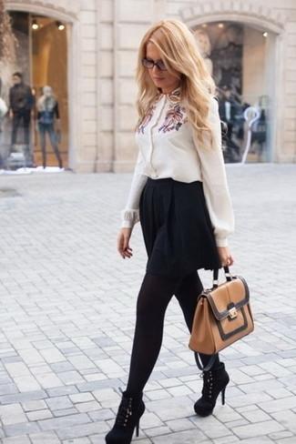 Как и с чем носить: белая блуза на пуговицах с вышивкой, черная короткая юбка-солнце, черные замшевые ботильоны, светло-коричневая кожаная сумка-саквояж