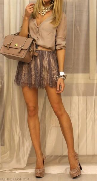 Как и с чем носить: бежевая блуза на пуговицах, коричневая кружевная короткая юбка-солнце, золотые туфли с пайетками с украшением, бежевая кожаная сумка-саквояж