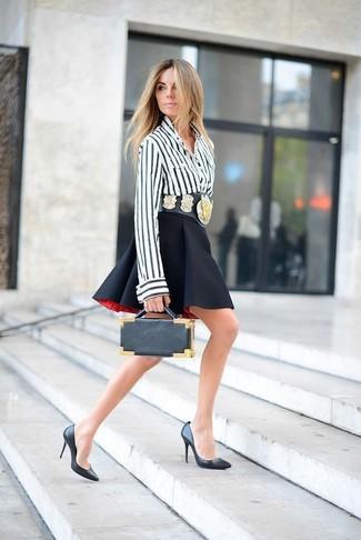 Как и с чем носить: бело-черная блуза на пуговицах в вертикальную полоску, черная короткая юбка-солнце, черные кожаные туфли, черный кожаный клатч