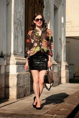 Сочетание коричневой блузки и черной мини-юбки с пайетками подчеркнет твой индивидуальный стиль. Что касается обуви, можно отдать предпочтение комфорту и выбрать черные замшевые балетки.