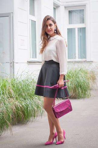 Как и с чем носить: белая шифоновая блуза на пуговицах, черная пышная юбка, пурпурные замшевые туфли, пурпурная кожаная сумка через плечо