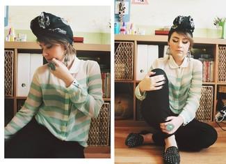 Как и с чем носить: мятная блуза на пуговицах в горизонтальную полоску, черные узкие брюки, черные кожаные лоферы с шипами, черно-белый шарф с принтом