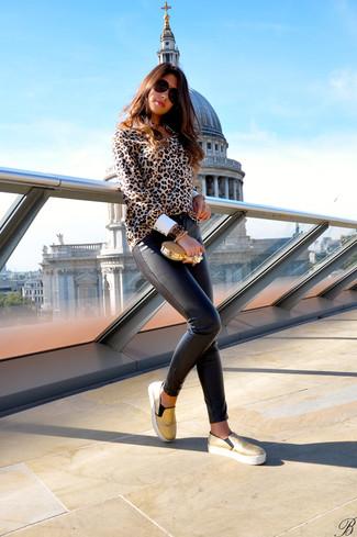 Как и с чем носить: светло-коричневая блуза на пуговицах с леопардовым принтом, темно-коричневые кожаные узкие брюки, золотые слипоны, золотой клатч