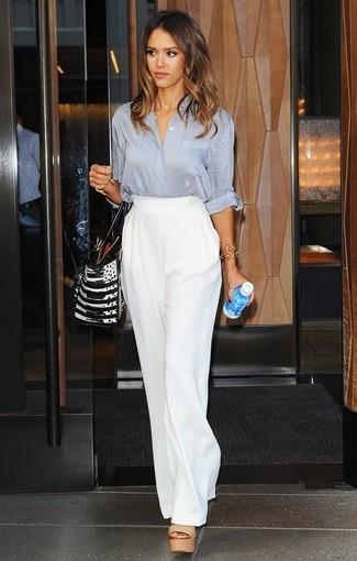 Как Jessica Alba носит Серая блуза на пуговицах, Белые широкие брюки, Светло-коричневые кожаные босоножки на каблуке, Черно-белая кожаная большая сумка