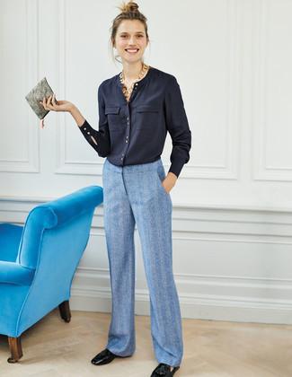 Как и с чем носить: темно-синяя блуза на пуговицах, голубые широкие брюки, черные кожаные лоферы с кисточками, серый кожаный клатч