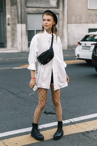 Как и с чем носить: белая блуза на пуговицах, черные шорты, черные кожаные массивные ботильоны на шнуровке, черная кожаная поясная сумка