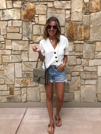 Как и с чем носить: белая блуза на пуговицах, синие джинсовые шорты, коричневые кожаные вьетнамки, оливковая кожаная сумка через плечо с принтом