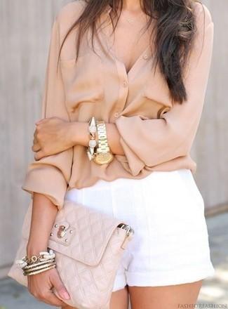 Как и с чем носить: бежевая блуза на пуговицах, белые льняные шорты, бежевый кожаный стеганый клатч, золотой браслет