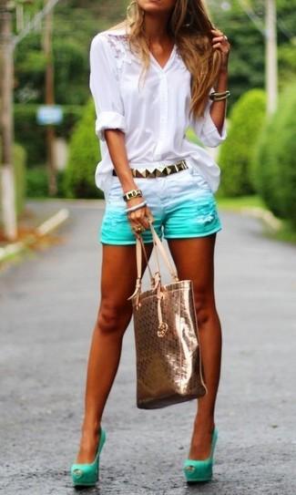 Как и с чем носить: белая кружевная блуза на пуговицах, мятные джинсовые шорты, мятные замшевые туфли с вырезом, золотая кожаная большая сумка