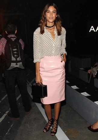 Как Alexa Chung носит Бело-черная блуза на пуговицах в горошек, Розовая кожаная юбка-карандаш, Черные кожаные гладиаторы, Черный кожаный клатч