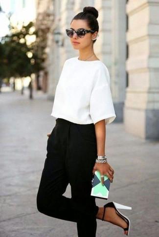 Как и с чем носить: белая блуза с коротким рукавом, черные брюки-галифе, бело-черные кожаные босоножки на каблуке, мятный кожаный клатч с геометрическим рисунком