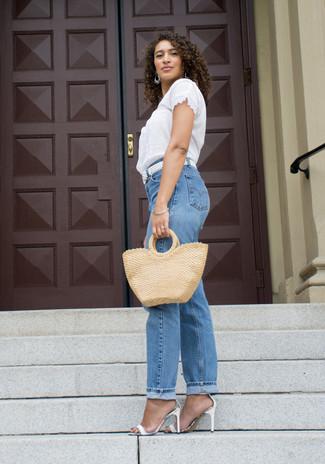 Как и с чем носить: белая кружевная блуза с коротким рукавом, синие джинсы-бойфренды, белые кожаные босоножки на каблуке, белый кожаный плетеный ремень