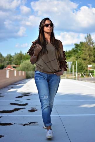 Коричневая блузка и синие рваные джинсы-бойфренды — выгодные инвестиции в твой гардероб. Что касается обуви, можно отдать предпочтение классическому стилю и выбрать желтые кожаные оксфорды.