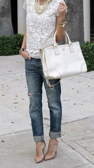 Как и с чем носить: белая кружевная блуза с коротким рукавом, темно-синие рваные джинсы-бойфренды, бежевые кожаные туфли, белая кожаная большая сумка
