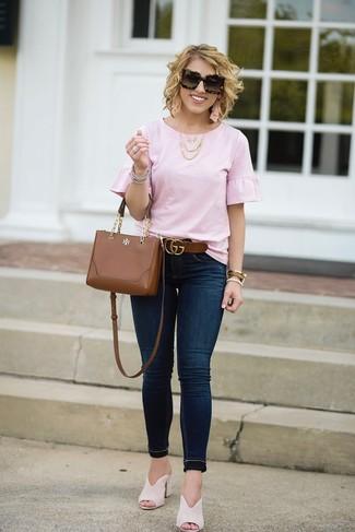 Как и с чем носить: розовая блуза с коротким рукавом с рюшами, темно-синие джинсы скинни, бежевые замшевые сабо, коричневая кожаная сумка через плечо