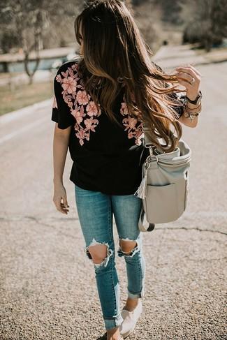 Как и с чем носить: черная блуза с коротким рукавом с вышивкой, синие рваные джинсы скинни, бежевые слипоны из плотной ткани, серая кожаная большая сумка