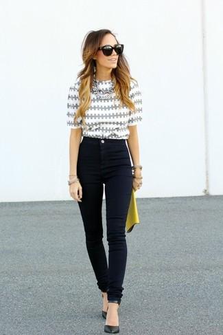 Как и с чем носить: серая блуза с коротким рукавом с принтом, черные джинсы скинни, черные кожаные туфли, желтый кожаный клатч