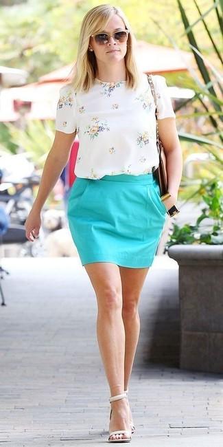 Белая блуза с коротким рукавом с цветочным принтом и бирюзовая мини-юбка — великолепный вариант для вечера в компании друзей. Что касается обуви, можно отдать предпочтение классике и выбрать белые кожаные босоножки на каблуке.