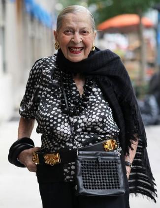 Как и с чем носить: черно-белая блуза с коротким рукавом с принтом, черные широкие брюки, черная кожаная сумка через плечо, черно-золотой кожаный ремень с украшением