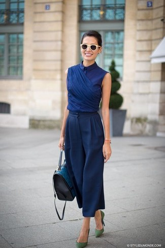 Как и с чем носить: темно-синяя блуза с коротким рукавом, темно-синие широкие брюки, зеленые замшевые туфли, темно-бирюзовая кожаная сумка-саквояж