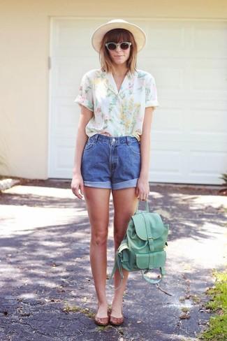 Как и с чем носить: белая блуза с коротким рукавом с цветочным принтом, синие джинсовые шорты, коричневые кожаные балетки, мятный кожаный рюкзак