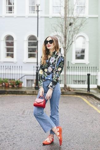 Как и с чем носить: черная блузка с длинным рукавом с цветочным принтом, синие джинсы-клеш, оранжевые замшевые балетки, красный кожаный клатч