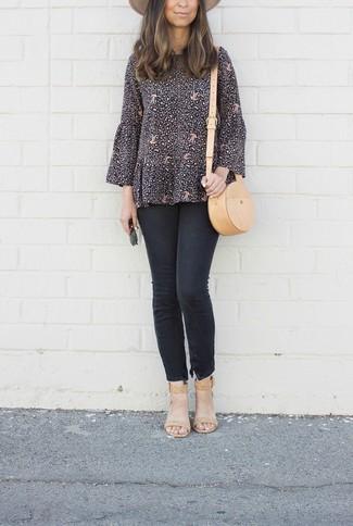 Как и с чем носить: черная блузка с длинным рукавом с принтом, черные джинсы скинни, светло-коричневые кожаные босоножки на каблуке, светло-коричневая кожаная сумка через плечо