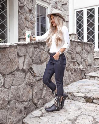 Как и с чем носить: белая блузка с длинным рукавом, темно-синие джинсы скинни, черные резиновые сапоги в шотландскую клетку, серая шерстяная шляпа
