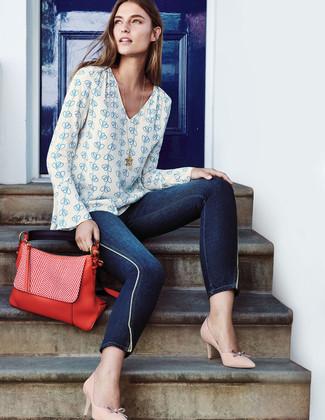 Как и с чем носить: бело-синяя блузка с длинным рукавом с принтом, темно-синие джинсы скинни, бежевые кожаные туфли, красная кожаная сумка-саквояж
