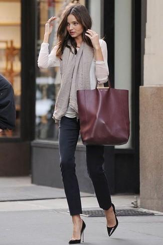 Сочетание белой блузки с длинным рукавом и черных джинсов скинни поможет создать интересный образ в стиле кэжуал. Сделать образ изысканнее помогут черные кожаные туфли.