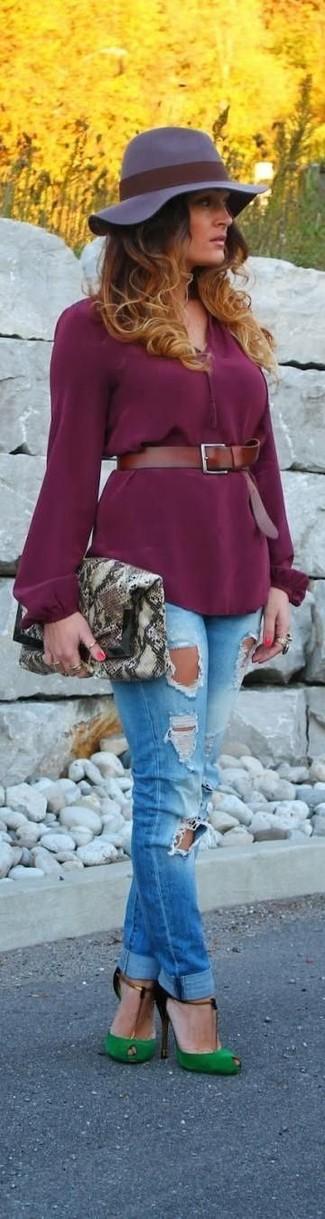 Как и с чем носить: пурпурная блузка с длинным рукавом, синие рваные джинсы скинни, зеленые замшевые туфли с вырезом, серый кожаный клатч со змеиным рисунком