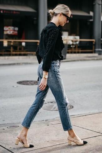 Золотые часы: с чем носить и как сочетать женщине: Если ты делаешь ставку на удобство и практичность, черная блузка с длинным рукавом с люверсами и золотые часы — великолепный выбор для расслабленного повседневного ансамбля. Вкупе с этим ансамблем чудесно будут выглядеть черно-бежевые кожаные туфли.