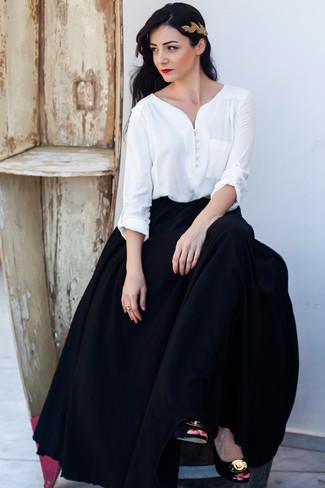 Как и с чем носить: белая блузка с длинным рукавом, черная длинная юбка со складками, черно-золотые замшевые туфли с украшением, золотой ободок/повязка